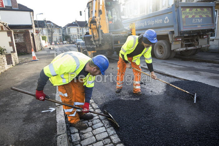 Road Maintenance workers repairing the road, Bristol - Paul Box - 2019-01-23