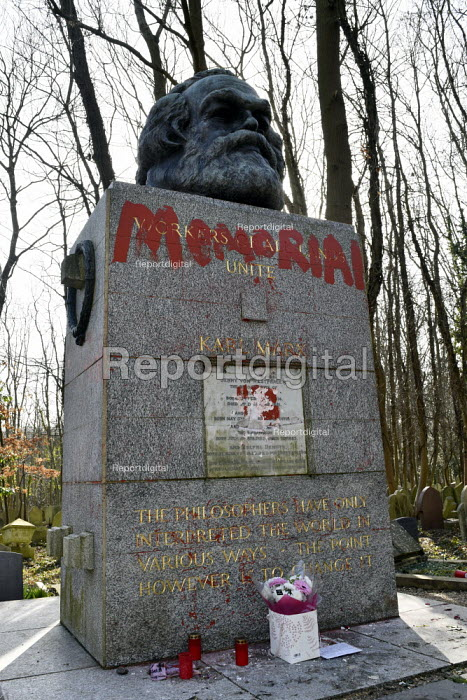 Marx Memorial vandalised, Highgate Cemetery, London. Visitors to Highgate Cemetery looking on at the memorial to Karl Marx after its initial cleaning to remove the worst of the graffiti that besmirched his grave - Stefano Cagnoni - 2019-02-17