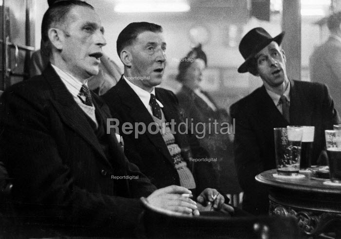 Men singing together, Working Mens Club Selby Yorkshire 1954 - Phil Preston, RAPP5430.jpg
