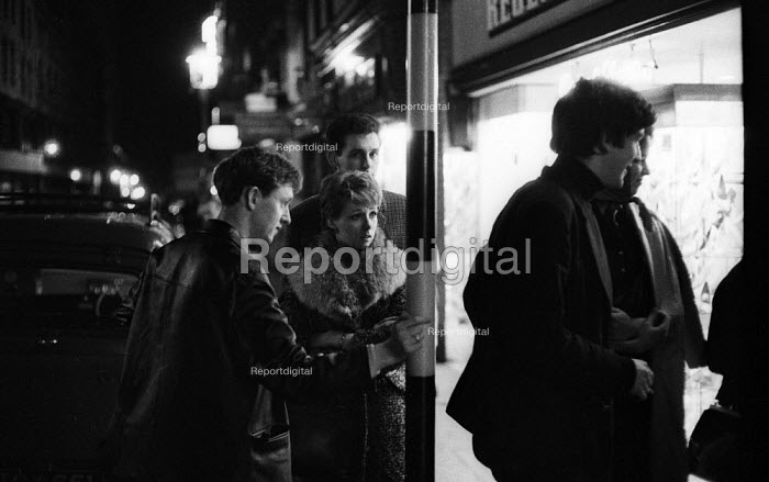 Young people outside Jazz club 1961 near Piccadilly Circus, West End, London - Romano Cagnoni - 1961-09-11