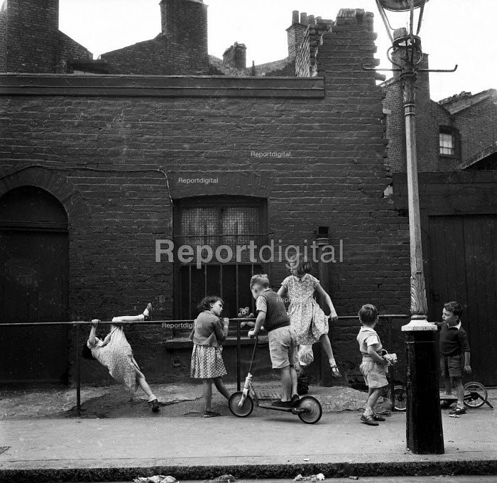 Young children playing on the streets, Kings Cross London 1961 - Romano Cagnoni - 1961-06-08