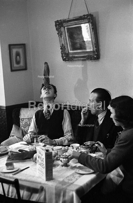 Family of jugglers on tour, 1948, juggling together over breakfast in their lodgings London - Felix H. Man - 1948-04-03