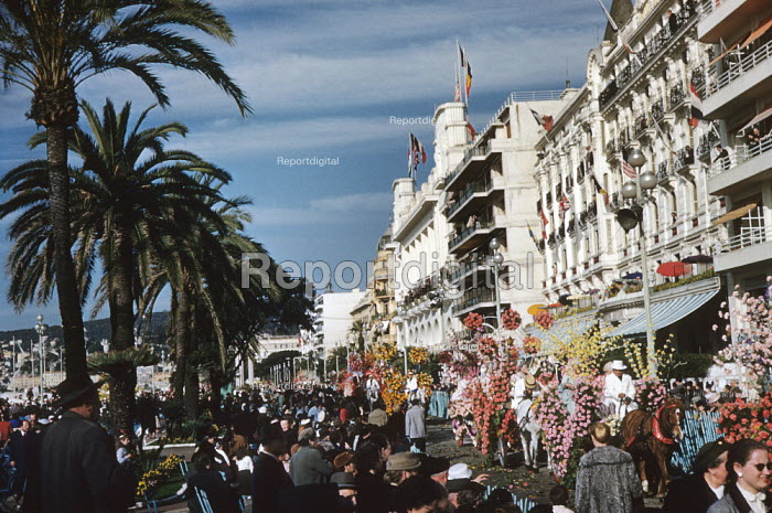 Crowd watching the annual Nice Carnival France 1948 as it moves along the Promenade d'Anglais - Felix H. Man - 1948-02-08