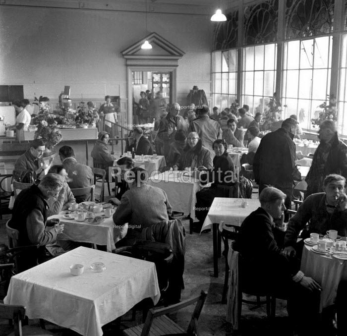 Crowded Brighton tea room along the seafront 1962 - Romano Cagnoni - 1962-11-04