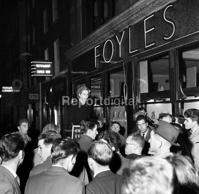 Catholic Evangelist speaking to a large crowd outside Foyles bookshop London 1962 - Romano Cagnoni - 1962-05-08