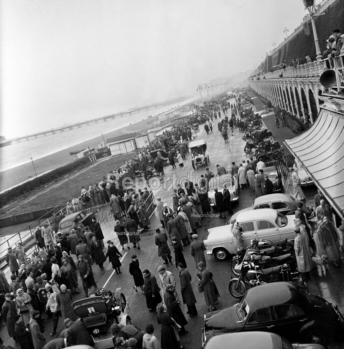 London to Brighton Veteran Car Run arriving, Brighton seafront 1962 - Romano Cagnoni - 1962-11-04