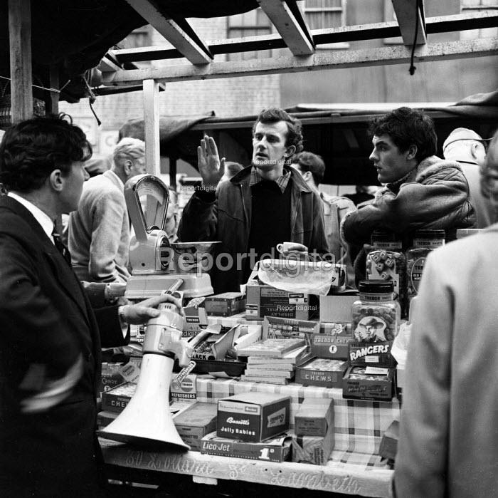 Director Tony Richardson on film set of Look Back in Anger, 1959 a street market in Romford. Gary Raymond (R)playwright John Osborne (L) - Romano Cagnoni - 1959-03-28