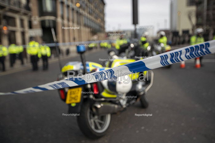 Police officers cordon off roads near Houses of Parliament in security alert involving a suspicious vehicle near Westminster Bridge, London. - Jess Hurd - 2007-07-16