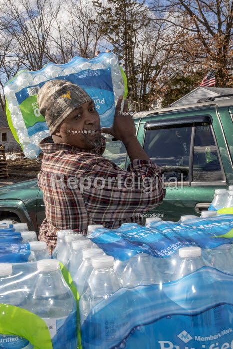 Flint, Michigan USA: World Water Day volunteers distributing 12 truckloads of bottled. The water supply was contaminated with lead nearly five years ago - Jim West - 2019-03-22
