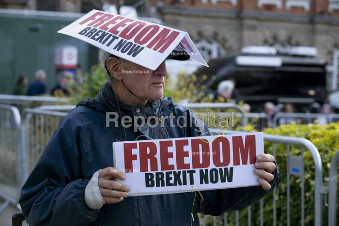 Stuart Holmes the life time anti smoking campaigner, now protesting at leaving the EU, College Green, Westminster, London - David Mansell - 2019-03-27