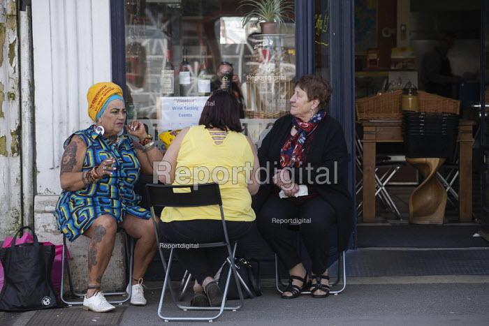Friends talking, cafe Swindon - John Harris - 2019-03-30