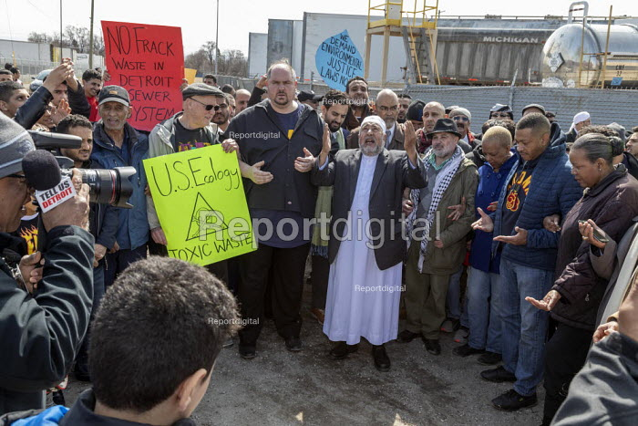 Detroit, Michigan USA Protest After Friday prayers marcheing to the nearby US Ecology plant to oppose a proposed expansion of the hazardous waste facility. The plant is near a low-income, mostly immigrant neighborhood. Saleh al-Gahim led prayers at the plant - Jim West - 2019-03-29