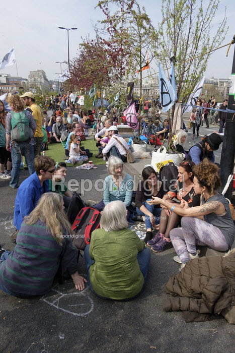 Discussion group. Extinction Rebellion climate change campaigners occupy Waterloo Bridge, London - Philip Wolmuth - 2019-04-18