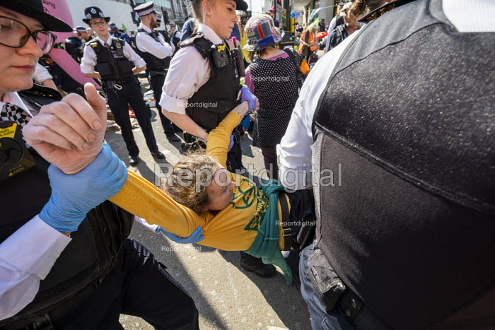 Police eviction of Extinction Rebellion climate change campaigners, occupation of Oxford Circus, London. - Jess Hurd - 2019-04-19