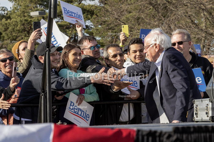 Warren, Michigan, USA, Supporters shaking hands with Bernie Sanders, campaigning for President, Macomb County - Jim West - 2019-04-13
