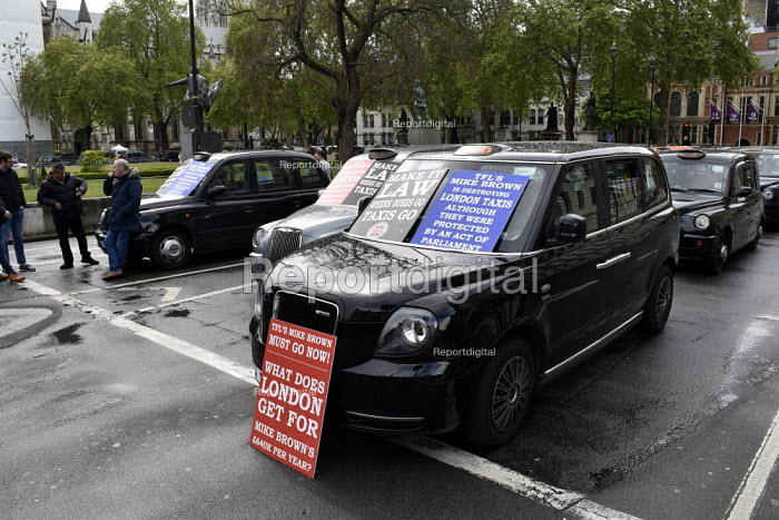 Licensed Taxi Cab drivers blockade, Whitehall, London, protest against plans by TFL to ban them from central roads in an effort to improve air quality in London - Stefano Cagnoni - 2019-05-08