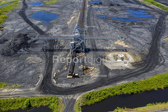 Davant, Louisiana, USA, United Bulk Terminals dry bulk export terminal. It stores coal and petcoke for export and loading onto ships on the Mississippi River - Jim West - 2017-09-14