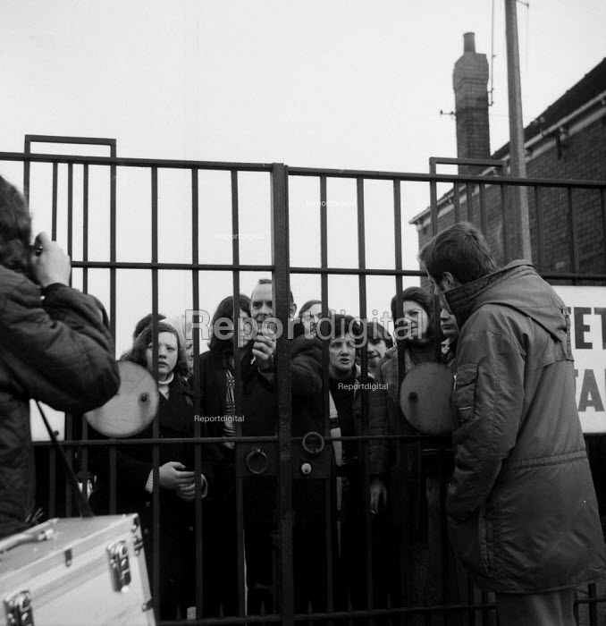 Imperial Typewriters factory occupation Hull 1975. Striking workers occupy their factory resisting its closure by an American multinational - John Sturrock - 1975-02-21