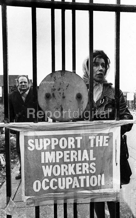 Imperial Typewriters factory occupation Hull 1975. Helen Charlesworth inside the locked gates of the plant occupied by the striking workforce as they resisted its closure by an American multinational - John Sturrock - 1975-02-21