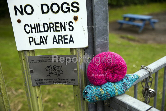 Yarn bombing or guerrilla knitting in Llwyngwril, the quirky little Welsh village knits creations through the winter as a community project to decorate the village in the summer months, Cambrian Coast, Snowdonia National Park. - Jess Hurd - 2019-06-25