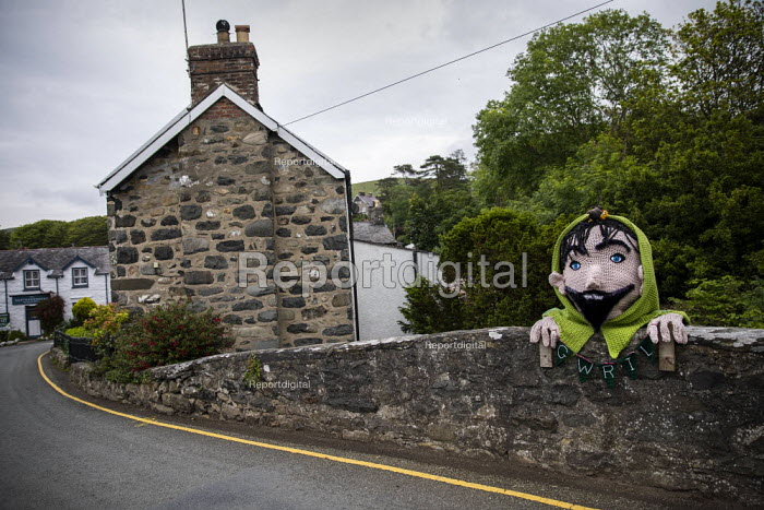 Mythical giant called Gwril in Llwyngwril, yarn bombing or guerrilla knitting in the quirky little Welsh village, it knits creations through the winter as a community project to decorate the village in the summer months, Cambrian Coast, Snowdonia National Park. - Jess Hurd - 2019-06-25