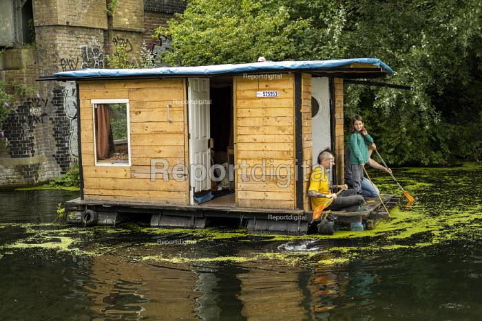 Paddling houseboat, Regents Canal, East London - Jess Hurd - 2019-07-14