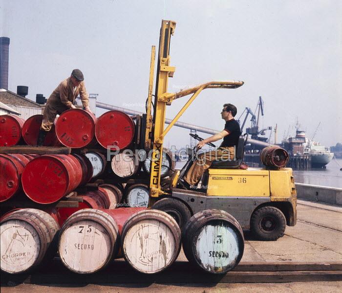 Dockers unloading cargo imported from Spain, Tilbury Docks Essex 1970 - Chris Davies - 1970-07-29