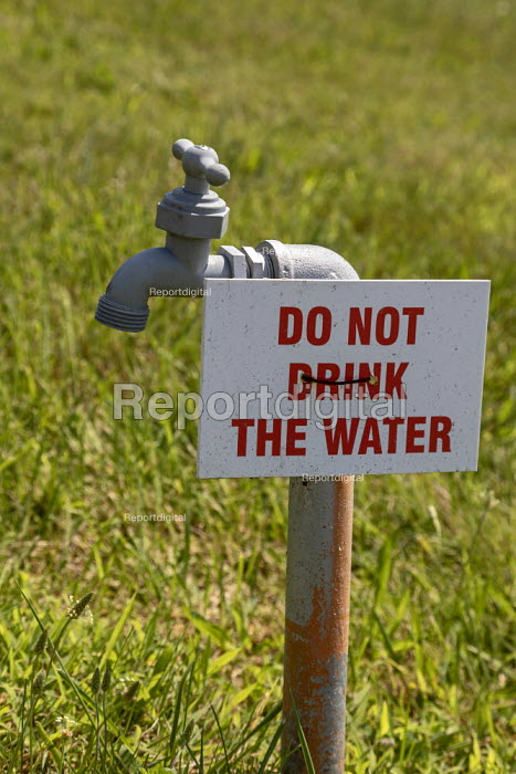 Detroit, USA Sign warning against drinking water from a tap - Jim West - 2019-07-24