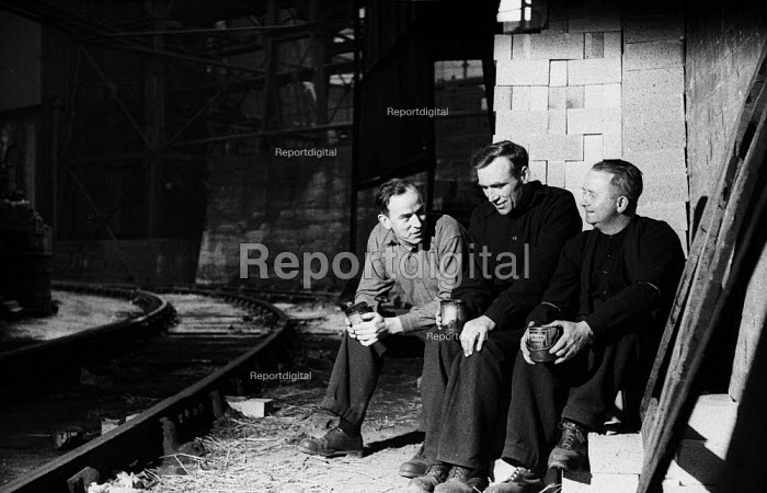 Steelworkers taking a tea break, Dalzell Steel Mill Motherwell 1958 - Kurt Hutton - 1958-02-15