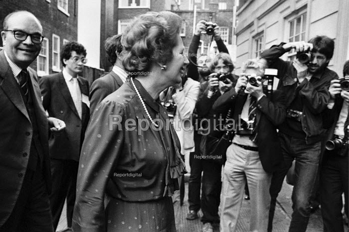 Margaret Thatcher going into the Conservative Party HQ, Westminster, London 1983, Ian Gow (L) Maurice Saatchi (L) - NLA - 1983-05-17