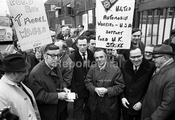 Leonard Woodstock (L), leader of the American UAW union on the picket line, Ford, Dagenham, Essex, 1971 strike for higher wages. - NLA - 1971-03-24