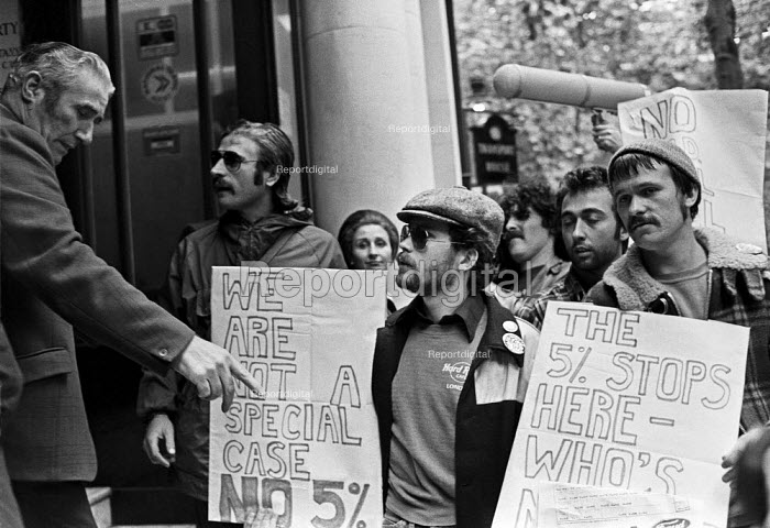 Ford workers lobby TGWU officals, London HQ 1978, during their strike for a �20 pay rise and a shorter week. The strike was a challenge to government policy of wage restraint at the start of the Winter of Discontent - NLA - 1978-09-29