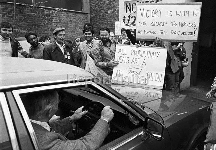 Striking Ford workers from Dagenham, Essex, 1978 lobbying their union leaders against a sell-out, talks between TGWU and Ford, London. The strike was a challenge to government policy of wage restraint at the start of the Winter of Discontent - NLA - 1978-10-17