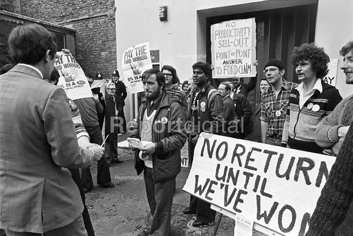 Striking Ford workers from Dagenham, Essex, 1978 lobbying their union leaders against a sell-out, talks between TGWU and Ford, London. The strike was a challenge to government policy of wage restraint at the start of the Winter of Discontent - NLA - 1978-10-10