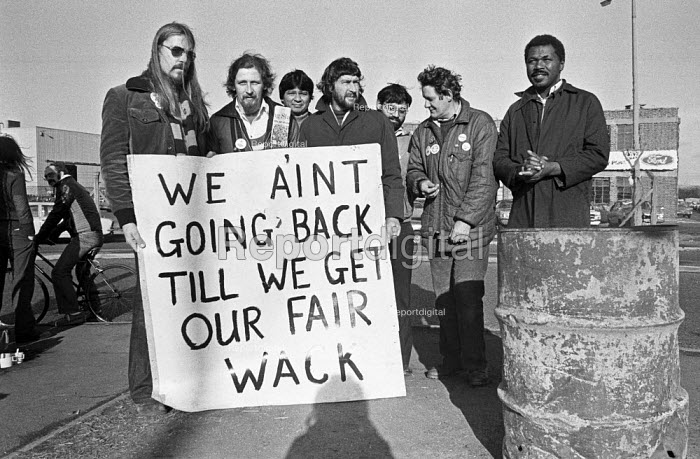 Ford workers picket line, Langley, Slough, Berkshire, 1978 hold out on the picket lines against the settlement of the strike for a �20 pay rise and a shorter week. The strike was a challenge to government policy of wage restraint at the start of the Winter of Discontent - NLA - 1978-11-16