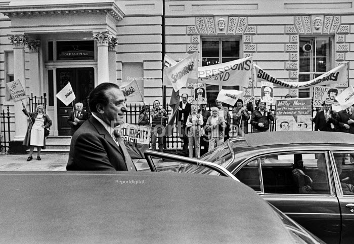Robert Maxwell leaving the Polish Embassy, London, 1985 Polish trade union Solidarity supporters protest demanding the release of political prisoners. Pergamon Press, a Maxwell publishing company had just produced a book about General Wojciech Jaruzelski, Polish head of state - Peter Arkell - 1985-07-22