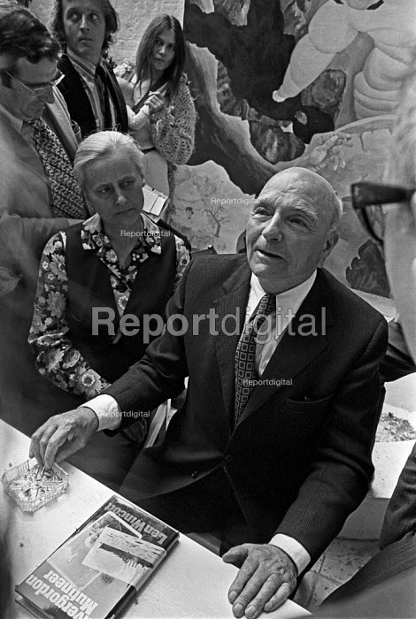 Len Wincott with his book, Invergordon Mutineer, 1974 press conference. One of the leading seamen in a mutiny sparked by a pay cut in 1931. Dismissed by the Royal Navy and being spied on by MI5 he defected to the Soviet Union where he was later accused of being a British spy and imprisoned in a gulag - Martin Mayer - 1974-07-11