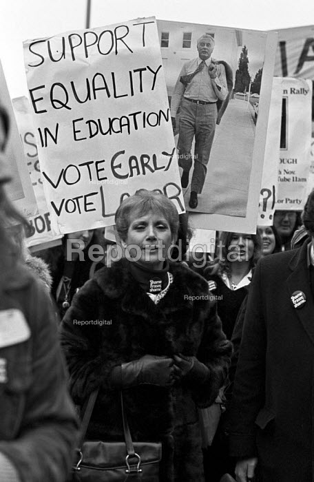 Miriam Karlin, protest in support Australian Labour Party, London 1975 The Australian constitutional crisis was forcedby Malcolm Fraser - Martin Mayer - 1975-11-29