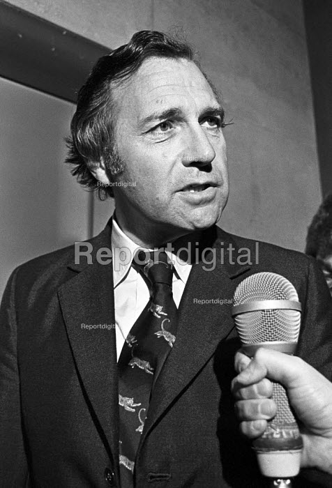 John Stonehouse, London Capital Group shareholders meeting, London 1975 before his conviction for fraud. He was a Labour MP and a spy for Czechosloviakia - NLA - 1975-09-26
