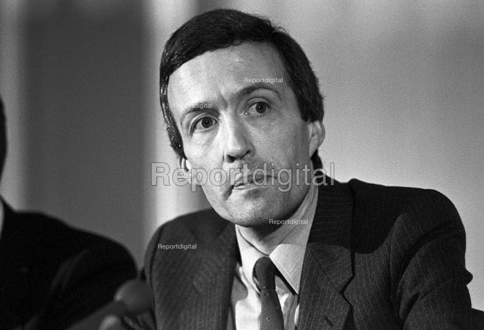 Clive Ponting, press conference, London 1985 senior civil servant who leaked the true details about the sinking of the Argentinian warship, General Belgrano, during the Falklands War-that it was sighted a day earlier than officially reported, was outside the British exclusion zone, at a - NLA - 1985-02-12