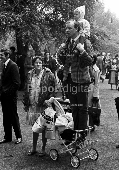 Trying to catch a glimpse of the queen 1972 at the annual Trooping the Colour, St James Park, London. - Peter Arkell - 1972-06-03