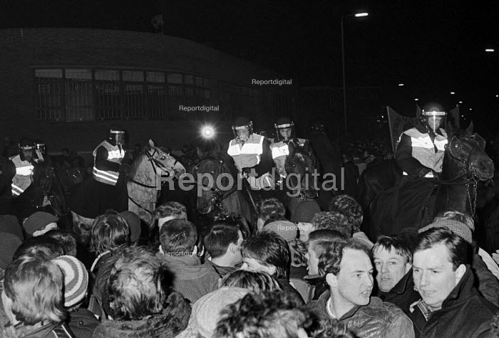 Police horses charge picket line, Wapping dispute, East London, 1986 - Peter Arkell - 1986-02-28