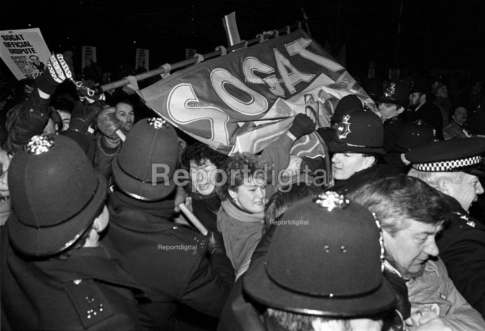 Police pull down a SOGAT union banner, picket line, Wapping dispute, East London, 1986 - Peter Arkell - 1986-02-28