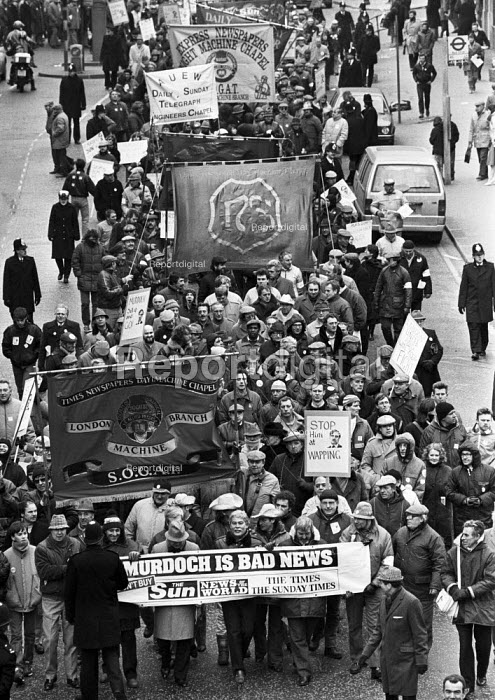 Printers at the News International titles protest the 6,000 sackings Wapping dispute, London, 1986 - Peter Arkell - 1986-10-30