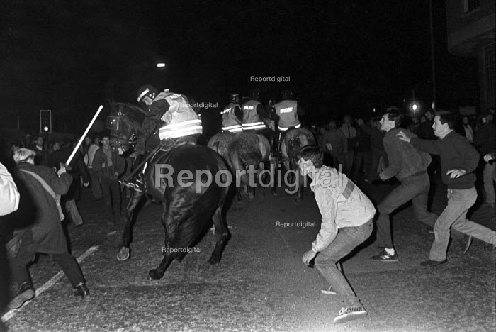 Police and pickets clash, picket line, Wapping dispute, East London, 1986 - Peter Arkell - 1986-02-28