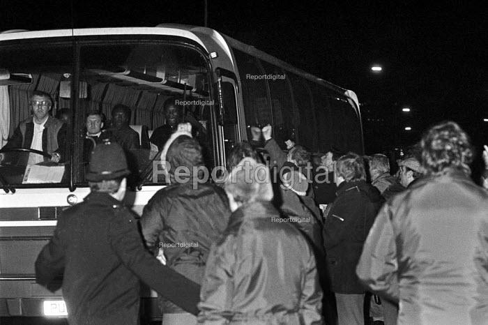 Strike breakers coach crossing picket line Wapping dispute, East London, 1986 - Peter Arkell - 1986-02-28
