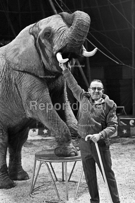 Jimmy Chipperfield and Indian Elephant, Chipperfields Circus, London 1979 - Peter Arkell - 1979-11-08