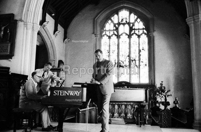 Pianist Sviatoslav Richter, composer Benjamin Britten and German baritone singer Dietrich Fischer-Dieskau rehearsing, 1965, St Peter & St Paul Church for the Aldeburgh Festival - Romano Cagnoni - 1965-06-20