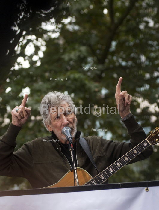 Roger Waters of Pink Floyd performing Wish You Were Here outside the Home Office in support of the imprisoned WikiLeaks journalist Julian Assange - Stefano Cagnoni - 2019-09-02