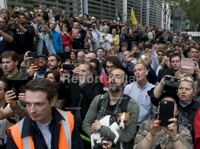 Protestors sing along with Roger Waters of Pink Floyd performing Wish You Were Here. Protest against threatened extradition of imprisoned WikiLeaks journalist Julian Assange, Home Office, London - Stefano Cagnoni - 2019-09-02